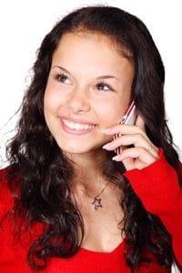 Frau lässt sich während Gratisgespräch am Telefon die Karten legen